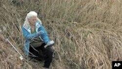 لین ہیننگّ اپنے فارم میں ایک آلے کے ذریعے پانی کی آلودگی کا اندازہ لگا رہی ہیٕ