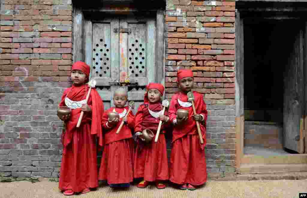 네팔 카트만두에서 힌두교 입문식인 '브라타반다' 예식을 기다리는 소년들.