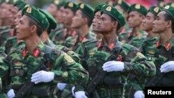 Bộ đội biên phòng Việt Nam diễu hành trong buổi diễn tập chuẩn bị cho lễ kỷ niệm 40 năm kết thúc chiến tranh, ngày 26/4/2015.