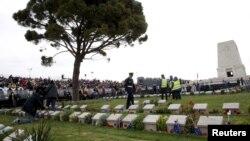 Warga Australia melihat pusara tentara Australia di Taman Makam Tentara Australia Long Pine di Gallipoli, memperingati seratus tahun hari ANZAC, 25 April 2015 (REUTERS/Umit Bektas)