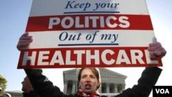 La ley establece que la mayoría de los estadounidenses obtenga un seguro médico o paguen una multa.