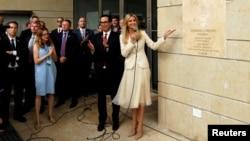 Ivanka Trump, conseillère à la Maison-Blanche, et Steven Mnuchin, secrétaire américain au Trésor, à côté de la plaque commémorative à l'ambassade des États-Unis à Jérusalem, lors de la cérémonie d'inauguration de la nouvelle ambassade des États-Unis à Jér