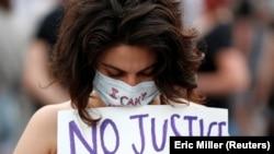 Jedna od učesnica protesta zbog smrti Džordža Flojda u Mineapolisu (Foto: REUTERS/Eric Miller)