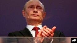 Putin reconoció el referendo en Crimea y podría pronto anunciar un decreto para anexar a la región, a pesar de la presión internacional para que no lo haga.
