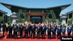 چائنا بیلٹ ایند روڈ فورم میں شامل عالمی رانماؤں کا گروپ فوٹو۔ 15مئی 2017