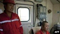 Các kỹ thuật viên Trung Quốc làm việc trên một giàn khoan dầu ở Paloich, miền Nam Sudan