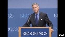 美国前驻华大使洪博培11月28日在布鲁金斯学会举行的一个有关中国法治的研讨会上 (美国之音拍摄)