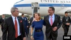 Bộ trưởng Quốc phòng Mỹ Ashton Carter, thứ hai từ phải sang, được Đại sứ Mỹ tại Singapore Kirk Wagar tiếp đón khi ông đặt chân tới căn cứ quân sự Paya Lebar ở Singapore.