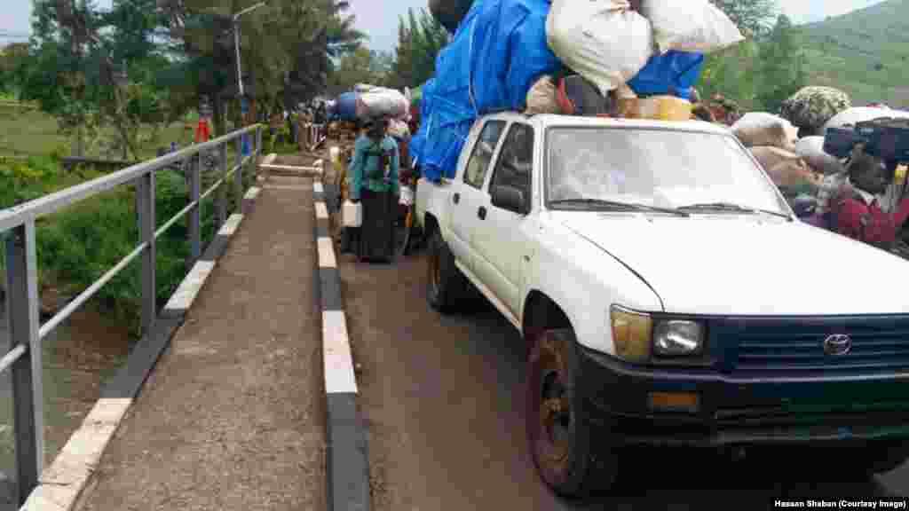 Wakimbizi-kutoka-Kamanyola-DRC-wakielekea-Rwanda