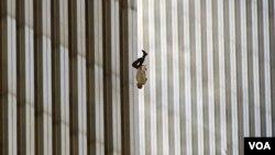 Foto ikonik yang menggambarkan seorang pria terjun saat api melalap World Trade Center, 11 September 2011, hasil jepretan kantor berita The Associated Press
