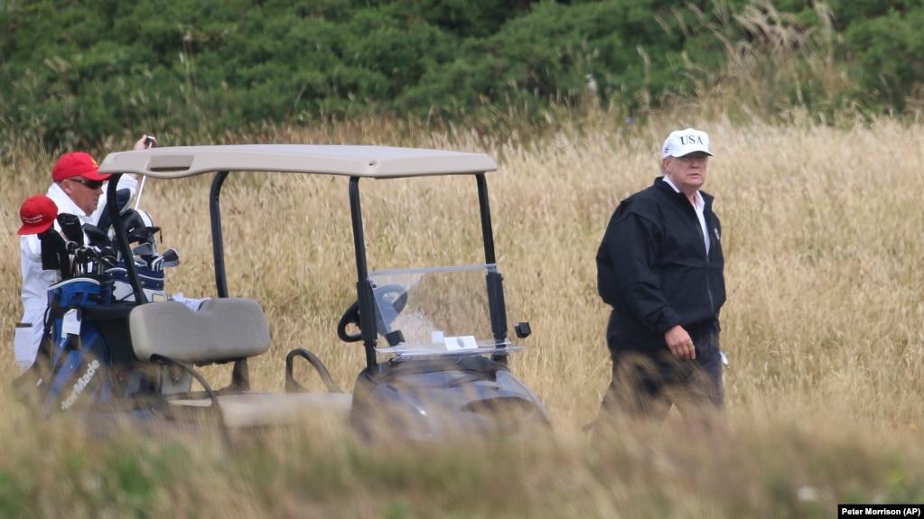 Tổng thống Mỹ Donald Trump chơi golf tại câu lạc bộ golf ở Turnberry, Scotland, ngày 14 tháng 7, 2018.