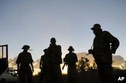 Soldats kenyans déployés près de la frontière somalienne (15 octobre 2011)
