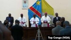 Les évêques catholiques disent une prière au lancement du dialogue politique, à Kinshasa, RDC, 8 décembre 2016. (VOA/Top Congo)