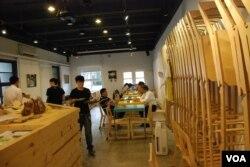 黃駿賢的創客平台集咖啡室與設計工作坊等功能於一身,是一個嶄新的經營概念(美國之音湯惠芸)