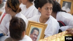 Bou Rachana, the late Kem Ley's wife, sobs while holding a portrait of her late husband at a funeral procession, Phnom Penh, Cambodia, Sunday, July 24, 2016. (Leng Len/VOA Khmer)