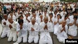 Warga Kamboja yang berduka cita atas wafatnya mantan Raja Norodom Sihanouk berdoa di depan Istana Raja di Phnom Penh (15/10).