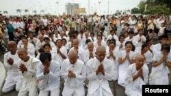 在柬埔寨首都,悼念者在王宮外面為西哈努克祈禱