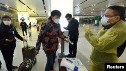 Перевірка пасажирів на залізничній станції у Китаї 17 лютого 2020 р.