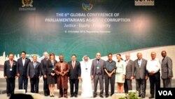 Ketua terpilih GOPAC periode 2015-2017 Fadli Zon berfoto bersama dewan pimpinan (board members) usai penutupan konferensi ke-6 di Yogyakarta yang berakhir Kamis, 8/10 (foto: VOA/Munarsih).