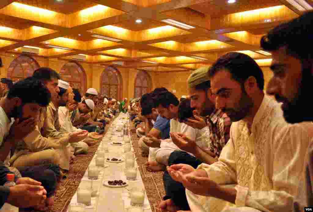 سری نگر کی ایک نئی مسجد میں روزدار افطار کی دعا مانگ رہے ہیں