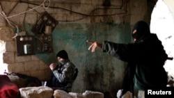 Pejuang Islamis Suriah dari kelompok Jabhat al-Nusra mengambil posisi di garis depan saat bentrok dengan pasukan loyal Presiden Bashar al Assad di Aleppo (24/10).