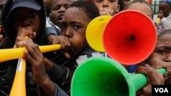 Vuvuzela yang mengundang kontroversi dalam Piala Dunia, kini resmi dilarang untuk pertandingan bola basket FIBA.