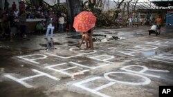 Nạn nhân bão Haiyan kêu gọi giúp đỡ tại thị trấn Burauen, tỉnh Leyte, miền trung Philippines, ngày 15/11/2013.
