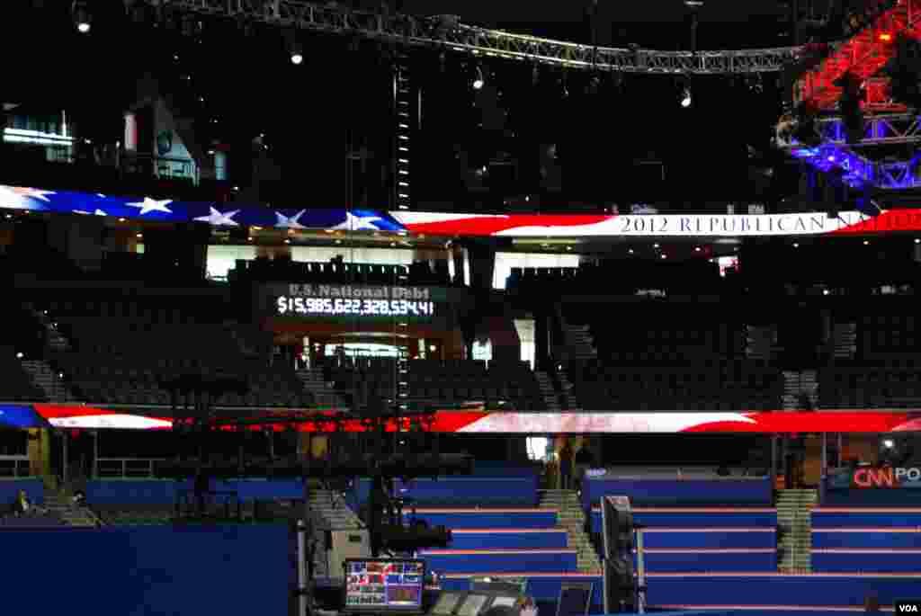 Đồng hồ nợ quốc gia của nước Mỹ được trưng ra nơi tổ chức Đại hội Toàn quốc Đảng Cộng hòa. J. Featherly/VOA