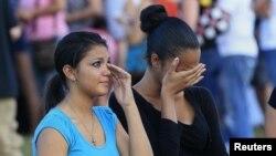 Ožalošćeni tokom bdenja za žrtve masakra u Aurori