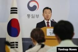 정준희 한국 통일부 대변인이 19일 정례브리핑에서 태영호 영국 주재 북한대사관 공사의 한국 망명에 관련한 취재진의 질문에 답하고 있다.