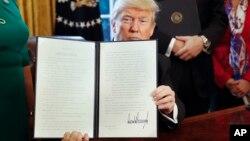 美国总统川普星期五在白宫签署一项行政令