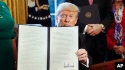 Rais Donald Trump akionyesha amri ya kiutendaji inayoondoa sheria ya Dodd-Frank