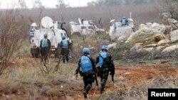 Pasukan PBB di Lebanon memeriksa roket yang diluncurkan dari Lebanon ke Israel.