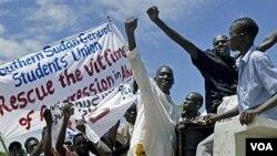 Warga Sudan selatan di ibukota Juba melakukan protes atas penyerbuan kota Abyei oleh Sudan utara (23/5).
