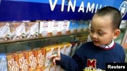 Cậu bé nhìn các sản phẩm sữa tại một phòng trưng bày của công ty Vinamilk ở Hà Nội, 10/3/14