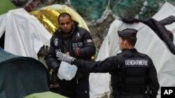 پناهجویان برای پیگیری درخواست پناهندگی شان به پناهگاه ها منتقل شدند