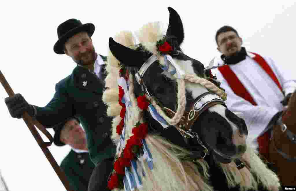 身穿巴瓦利亚传统服装的朝圣者在巴伐利亚城镇特劳恩施泰因参加传统的复活节星期一格奥尔基骑马游行。自从16世纪初以来,农夫们就一直参加这一朝圣活动,祝福他们的马匹。