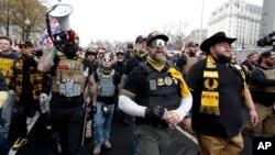 "Pristalice predsednika Donalda Trampa iz ultradesničarske grupe ""Ponosni momci"" marširali su kroz centar Vašingtona, 12. decembra 2020."