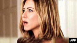 Kejti Holms ne rolin e Zhaklin Kenedit, Xhenifer Aniston para publikut me filmin The Switch