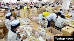 개성공단 재가동 이틀째인 지난 17일 오전 공단 내 SK어패럴에서 근로자들이 제품을 생산하고 있다.
