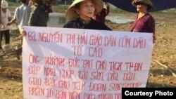 Bà Nguyễn Thị Hải, giáo dân giáo xứ Cồn Dầu, tại miếng đất bị cưỡng chế. Photo Nguyen Thi Hai