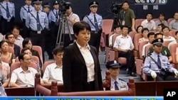 中央電視台畫面顯示薄熙來妻子谷開來(中間站立者)2012年8月9日在中國東部的合肥市中級人民法院出庭受審