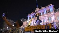 Građani ispred predsedničke palate u Buenos Airesu odaju poštu Dijegu Maradoni