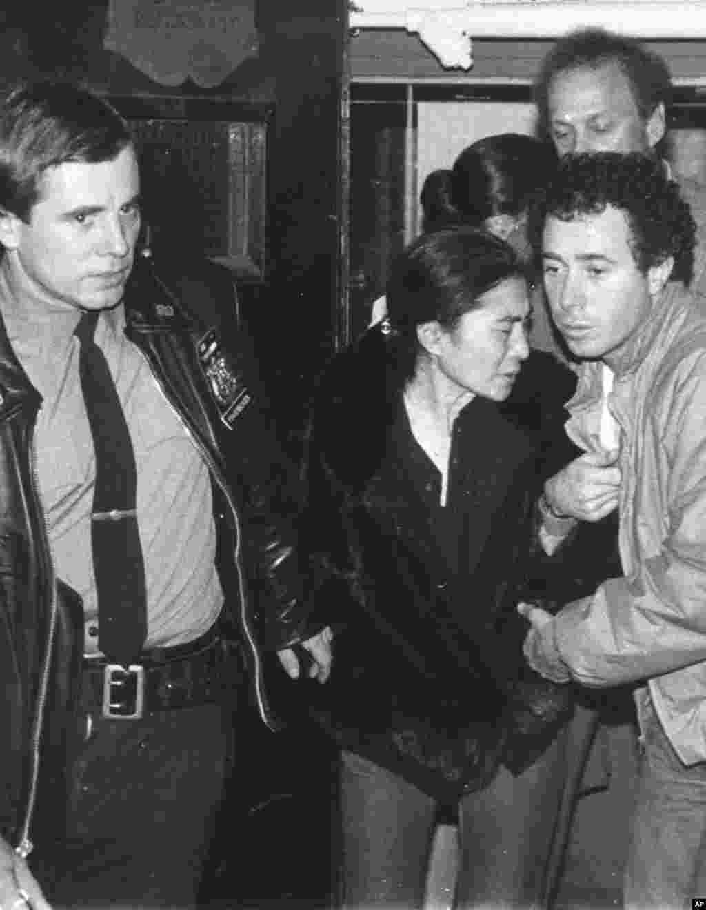 امروز در تاریخ: سال ۱۹۸۰ – واکنش یوکو اونو، همسر جان لنون، به خبر فوت شوهرش در بیمارستانی در نیو یورک. ۳۶ سال پیش در این روز، جان لنون، خواننده معروف و یکی از اعضای گروه راک بیتلز، بدست یکی از طرفداران سابقش در جلوی ساختمان آپارتمانش در نیو یورک به ضرب چهار گلوله کشته شد.