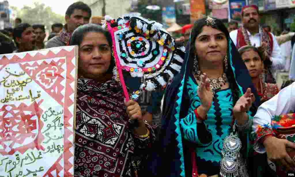 ریلی میں شریک خواتین یوم ثقافت کا جشن مناتے ہوئے