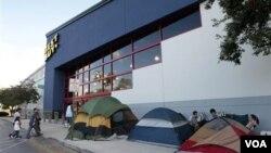 Compradores acampan en las afueras de la tienda de electrónicos Best Buy, en Florida.