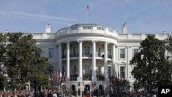 Tổng thống Obama lắng nghe Thủ tướng Cameron phát biểu trong buổi lễ đón tiếp chính thức ở Tòa Bạch Ốc, 14/3/2012