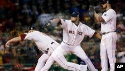 Exposición múltiple de una lanzamiento del pitcher de los Medias Rojas, Jon Lester.