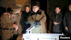 김정은 북한 국방위원회 제1위원장(가운데)이 최근 인민군 전략군의 탄도로켓 발사 훈련을 참관했다고 조선중앙통신이 11일 보도했다.