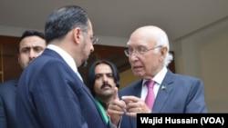 سرتاج عزیز افغان وزیر خارجہ سے محو گفتگو (فائل فوٹو)